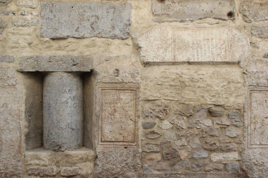 Inscripciones que se conservan en la fachada del Ayuntamiento