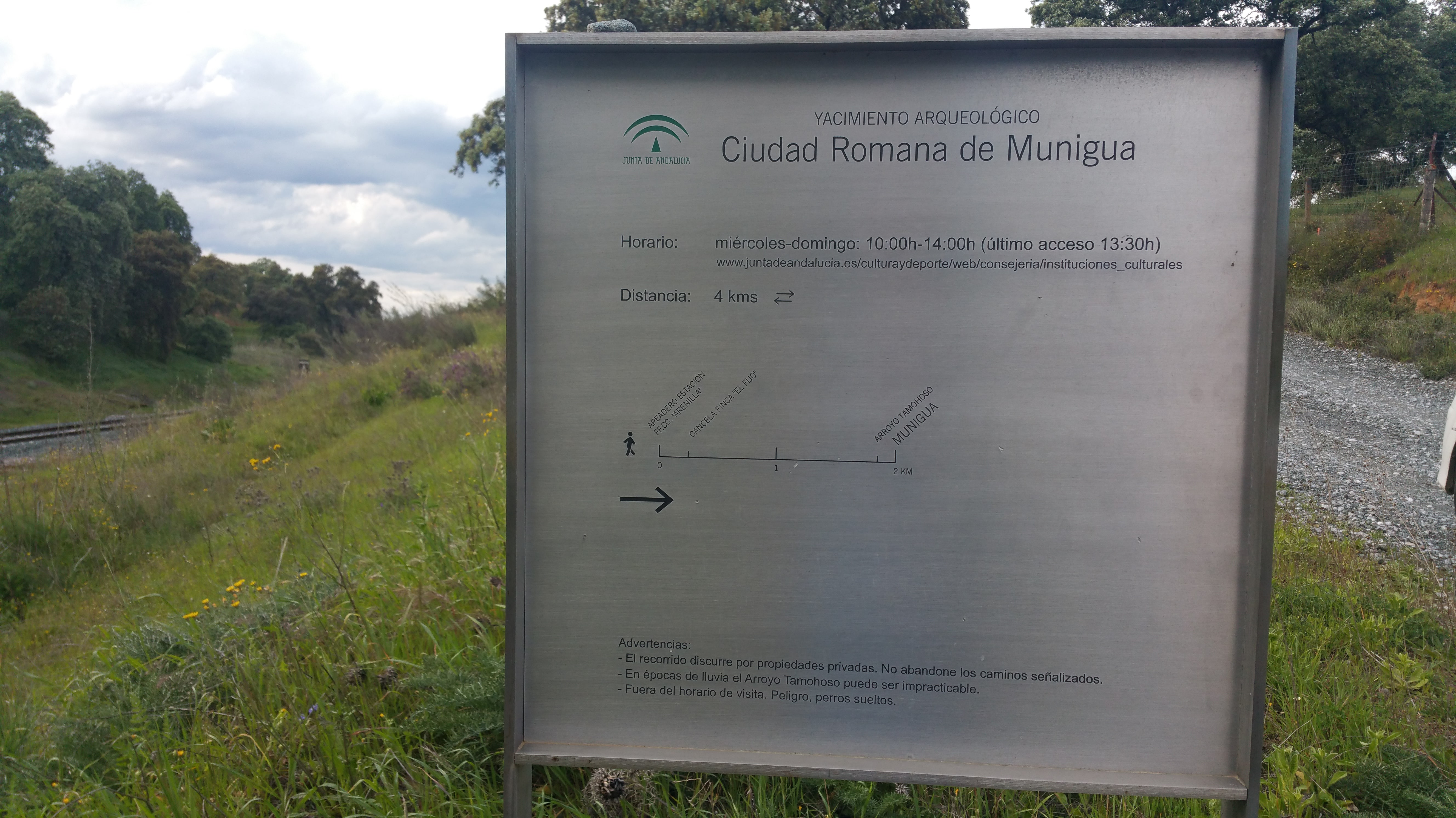 Cartel de Munigua, en la estación de Arenillas