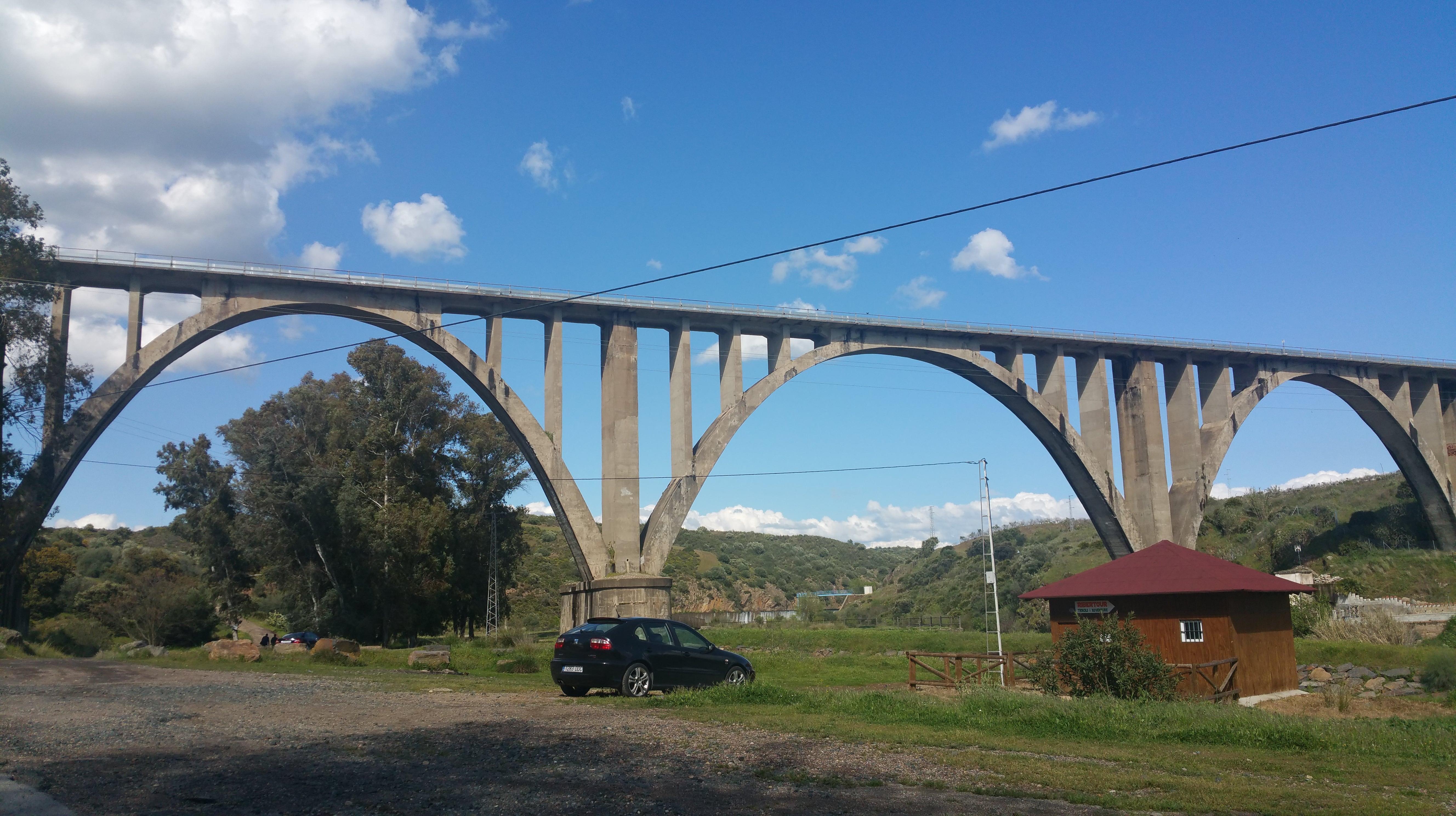 Puente del ferrocarril sobre la Rivera del Huéznar