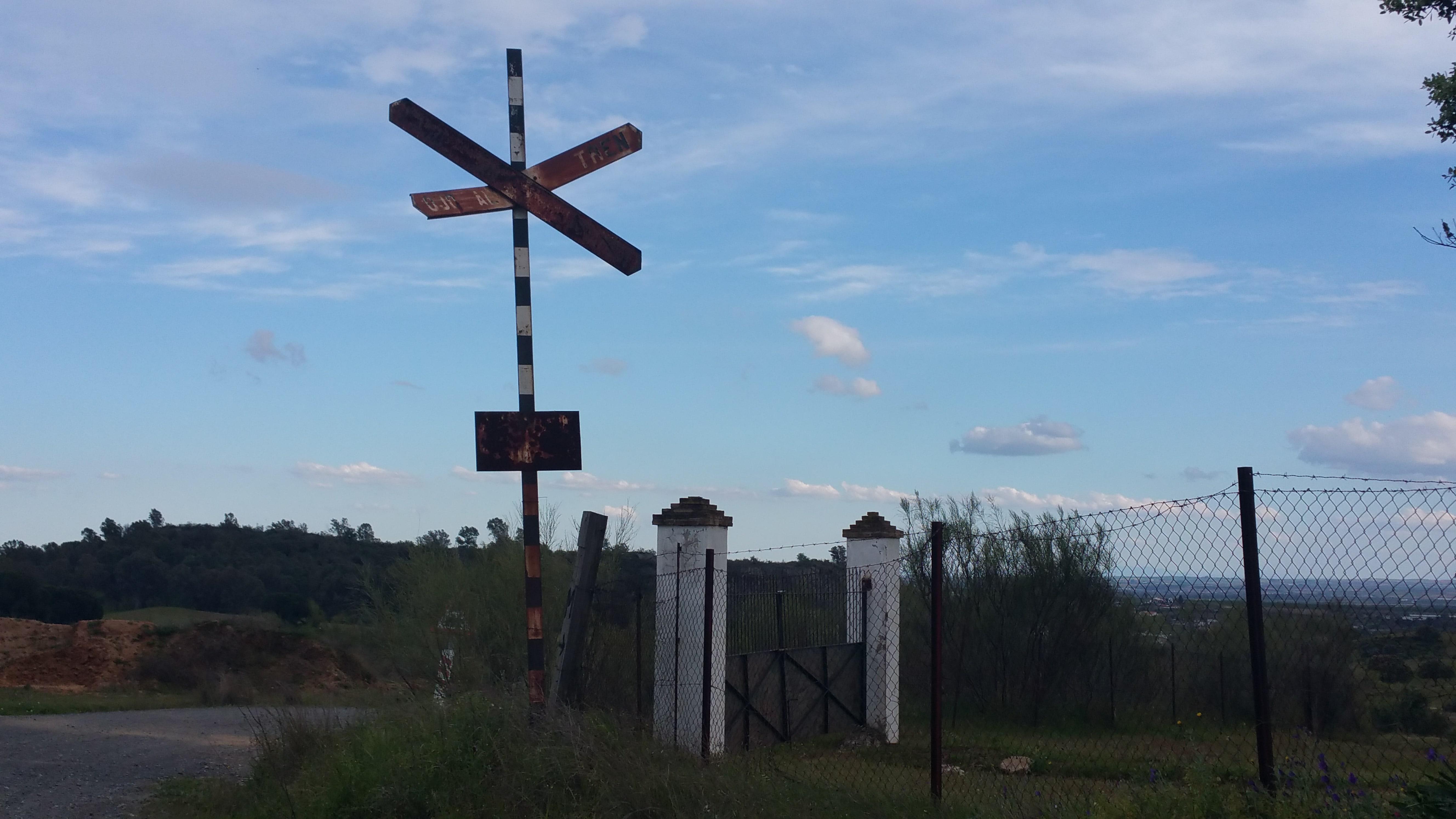 Una de las señales antiguas que permanecen en el camino