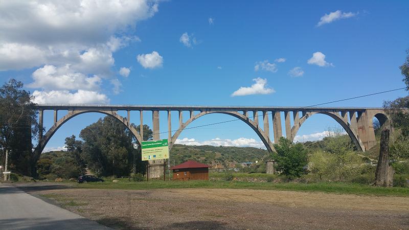 Puente del ferrocarril sobre la Ribera del Huéznar