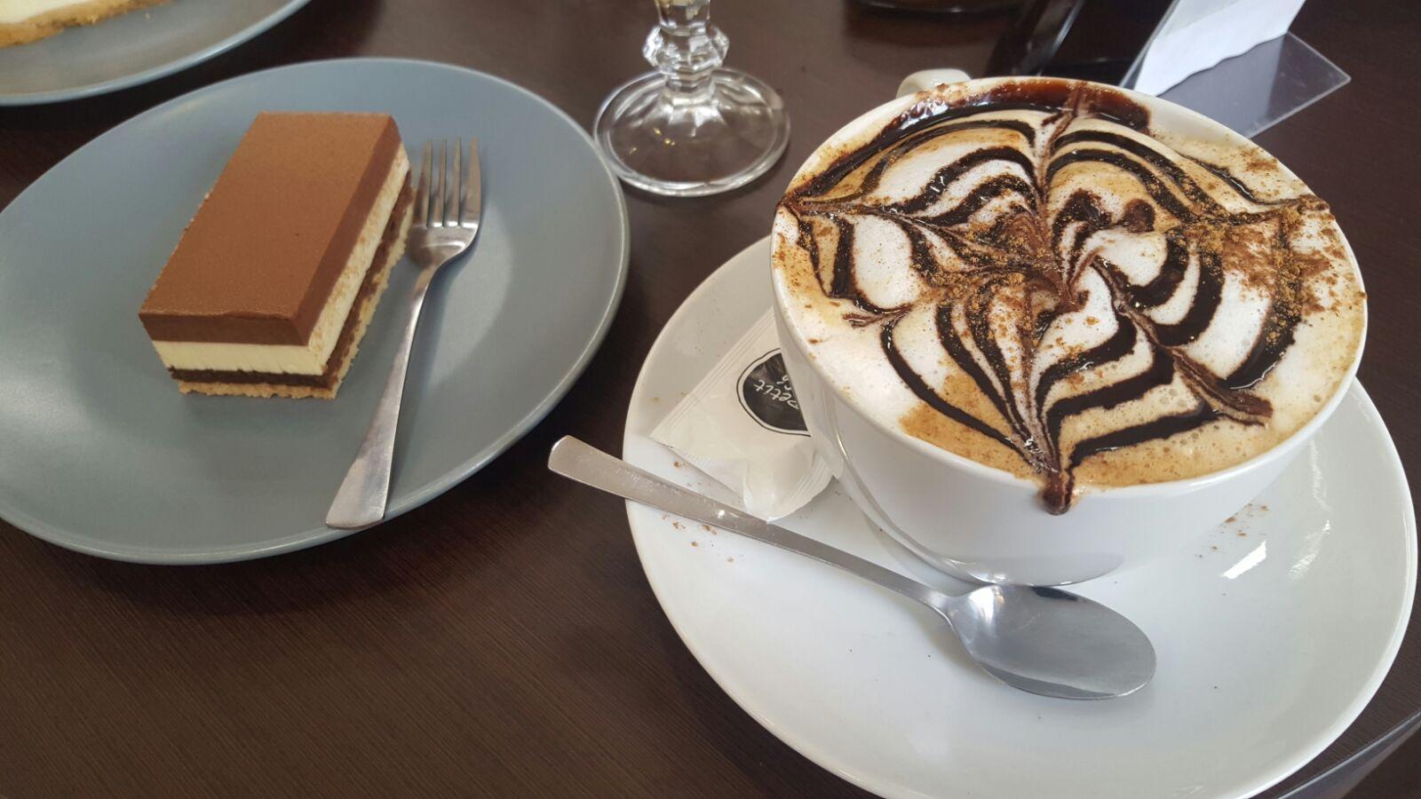 Tarta de tres chocolates y capuccino