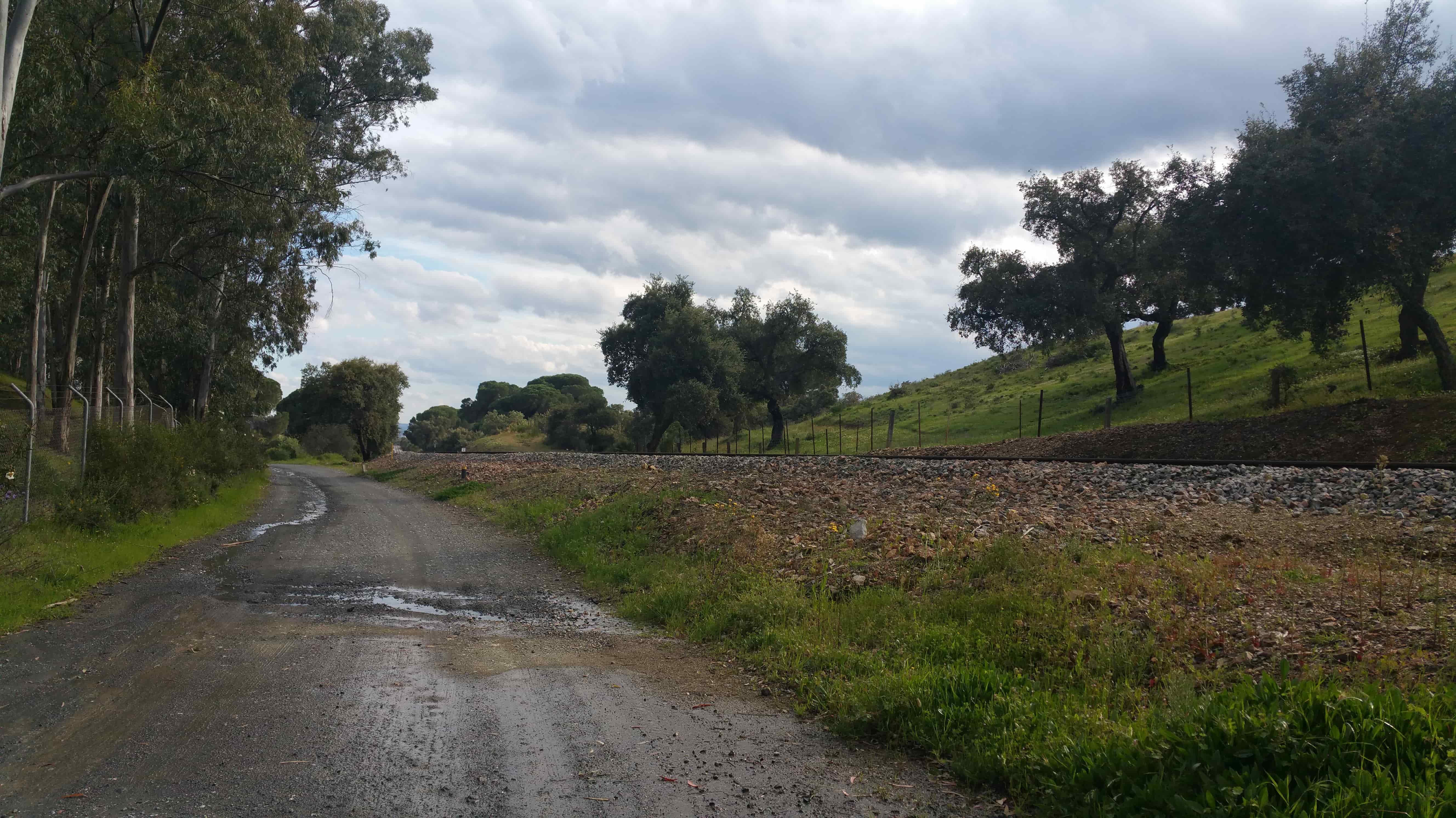 El camino permanece junto a la vía en casi todo su recorrido