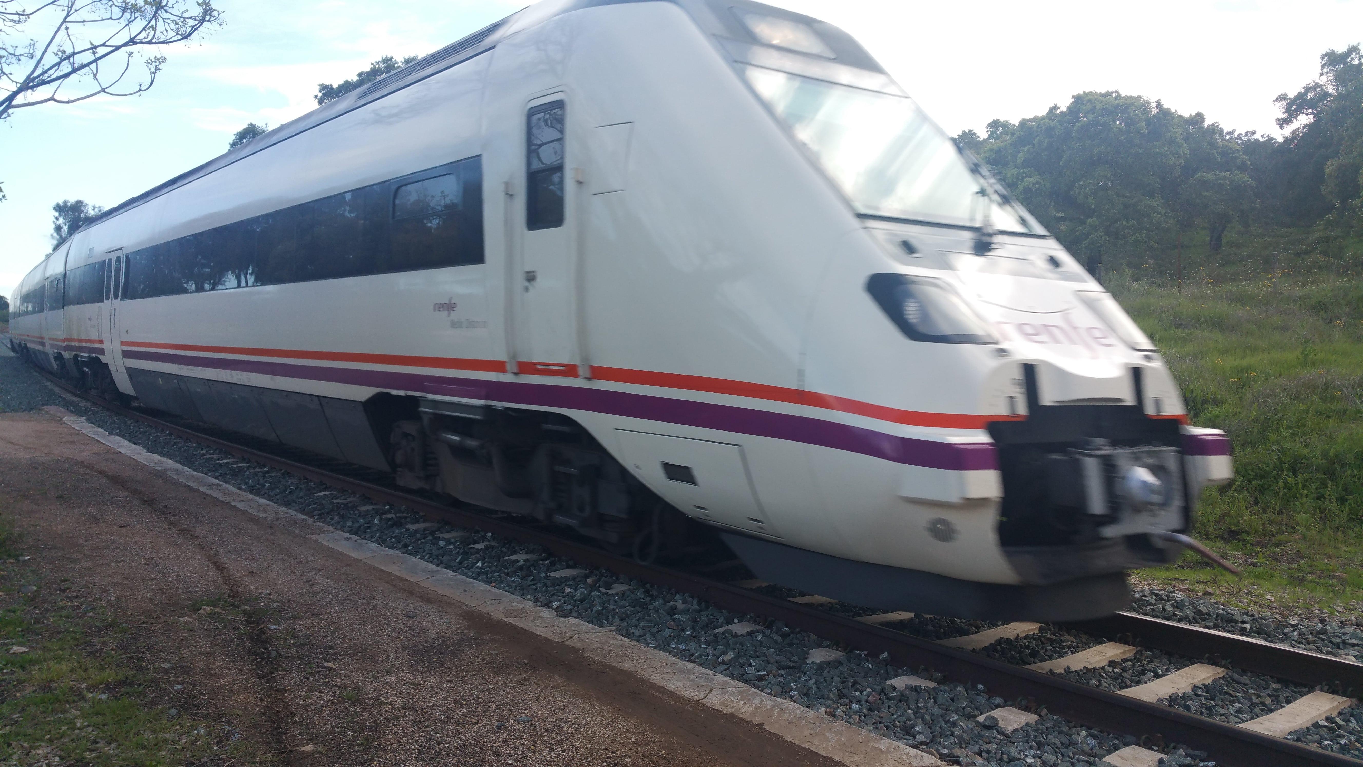 El tren a su paso por la estación de Arenillas