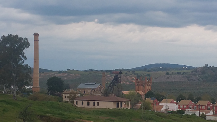 Vista del núcleo minero, con la jaula que aún se conserva
